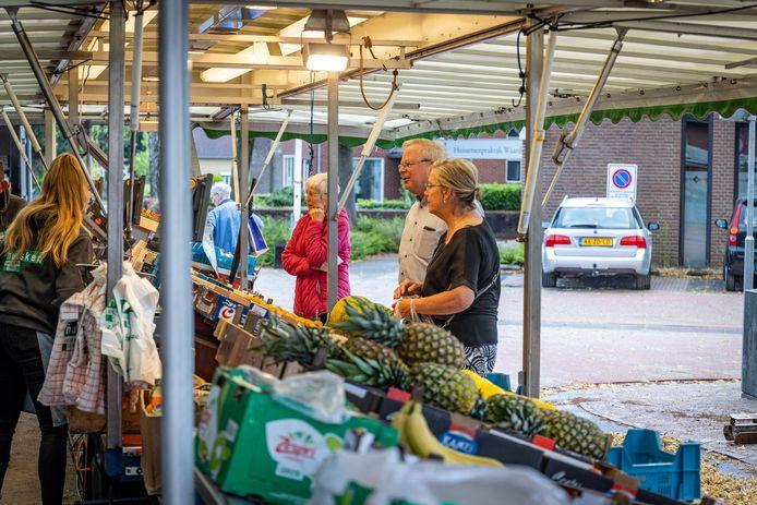 Het Dorpsplein in Enter is vernieuwd. De zaterdagmarkt is weer teruggekeerd op de vertrouwde plek.