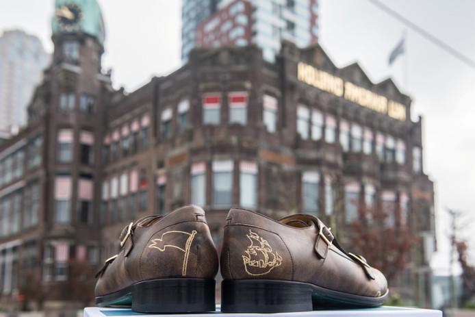 Het ontwerp van het schoeisel is gebaseerd op de bruine kleur van het gebouw van Hotel New York.