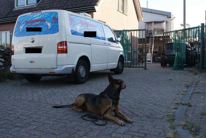 De politie deed eind 2016 een inval in de woning van Koelewijn en S., en zette daarbij onder meer een speurhond in.