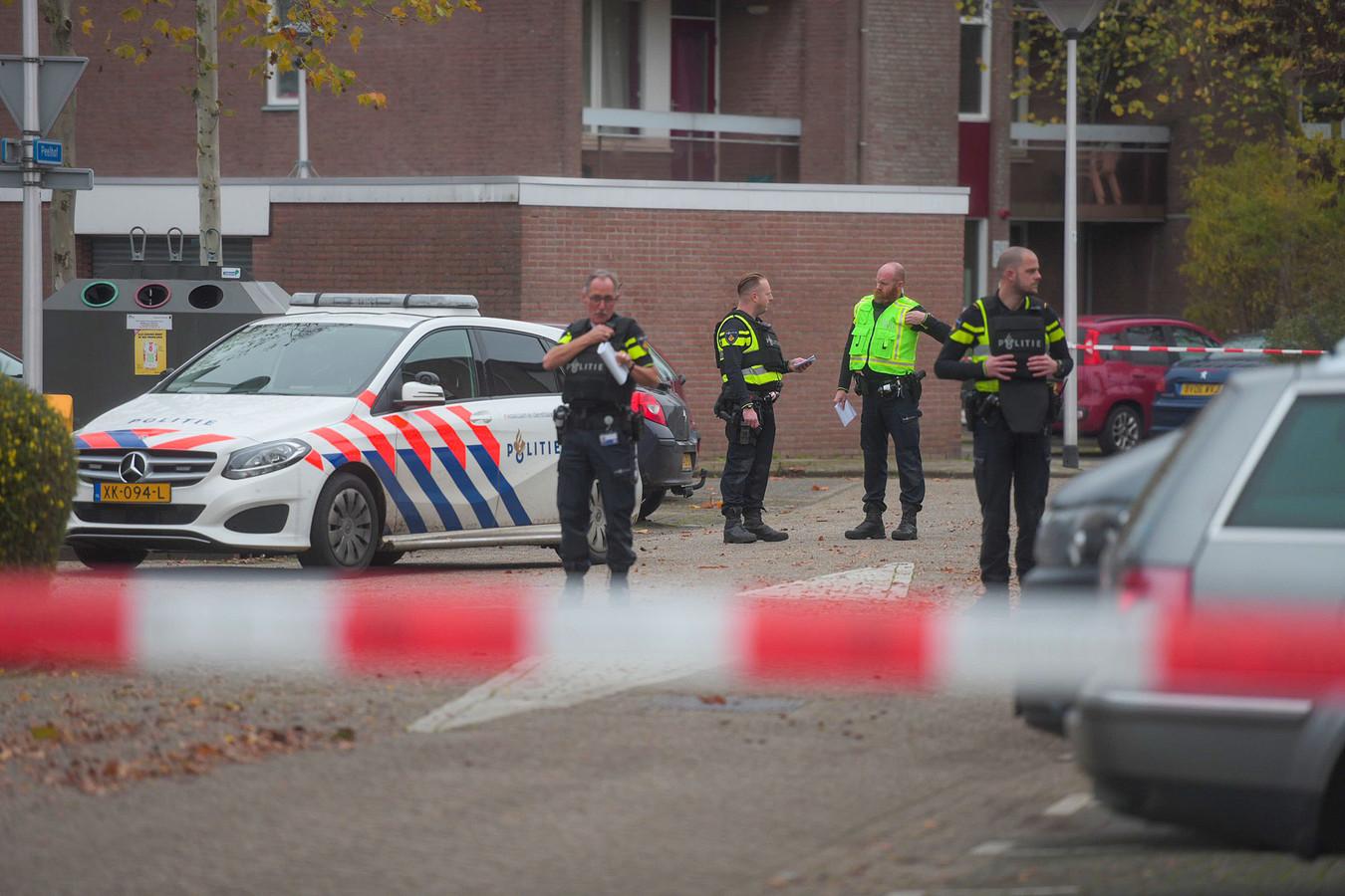 Volop politie in de Helmondse Peelhof november 2019. Daar was op klaarlichte dag, met mensen op straat, geschoten op een wegvluchtende auto. De oorzaak lag in gedoe om een meisje