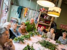 Ouderen maken kerststukjes op uitnodiging in Bij Katrien Den Bosch