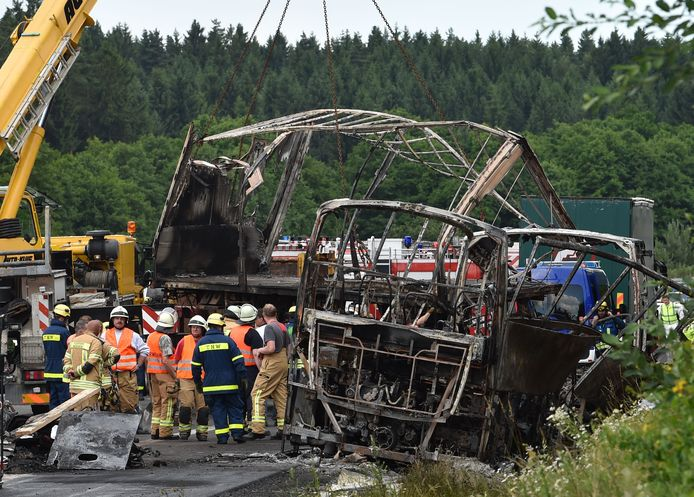 Hulpverleners bij de plek van het ongeluk.