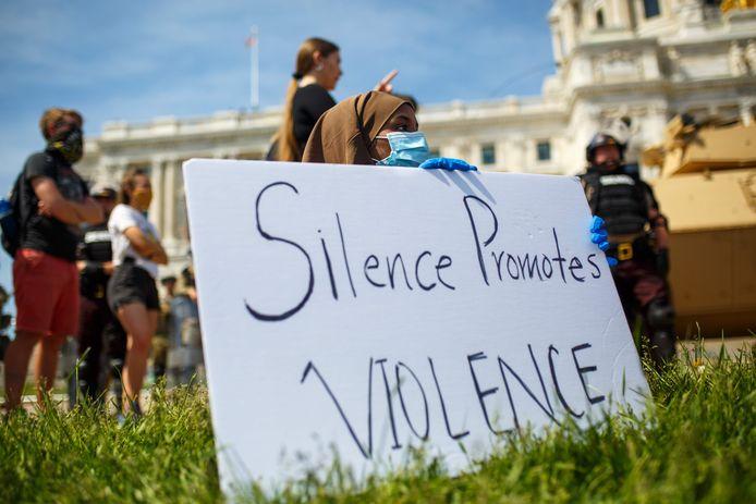 """""""Le silence encourage la violence"""": pancarte lors d'une manifestation dans le Minnesota"""