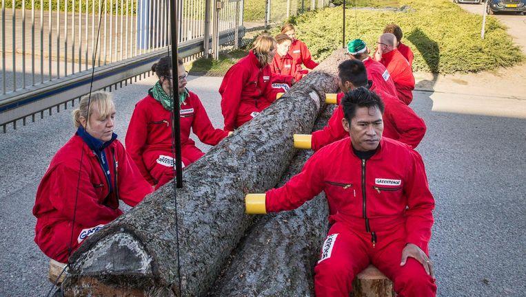 Greenpeace blokkeert de palmoliehandelaar IOI. Beeld Arie Kievit