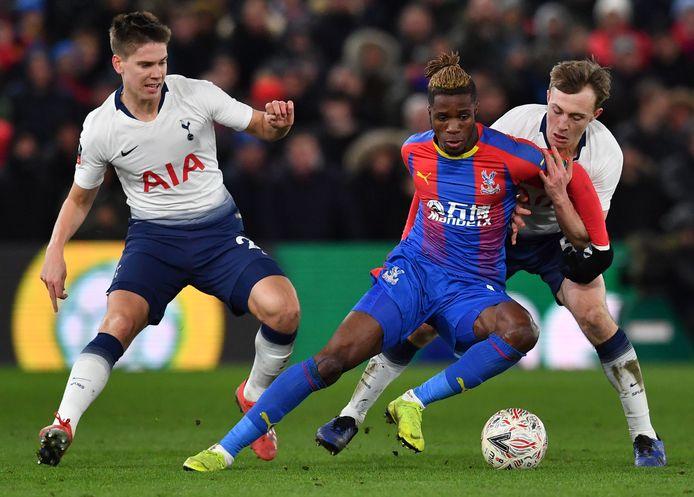 Wilfried Zaha in actie tegen Tottenham Hotspur.