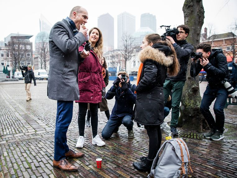 Gert-Jan Segers  in gesprek met kinderen tijdens een actie van Defence for Children op het Plein in Den Haag. Beeld ANP