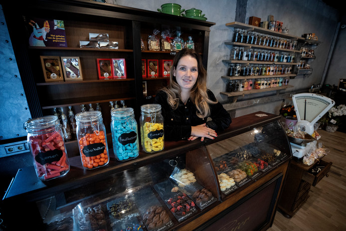 Linda van Boven in de nieuwe Eindhovense snoepwinkel De Zoete Inval.