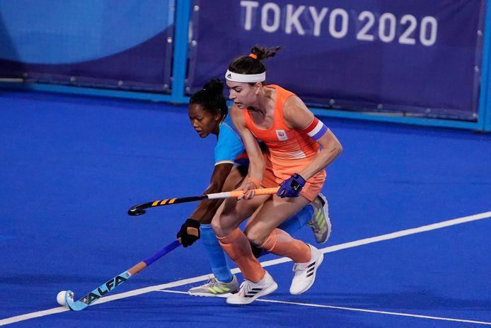 Eva de Goede in actie namens Nederland tegen India.
