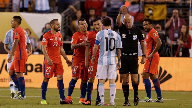 De Chileen Marcelo Diaz moet al in de eerste helft met zijn tweede gele kaart van het veld. Beeld reuters