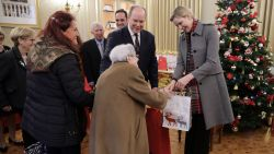 IN BEELD. Albert en Charlène tonen zich als wilde weldoeners en delen kerstcadeaus uit