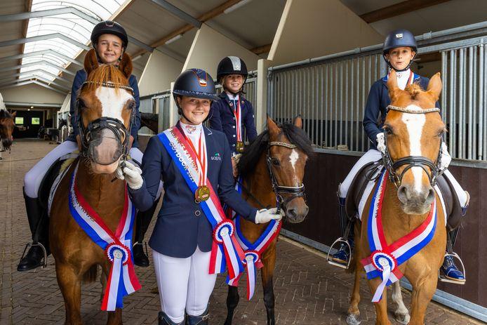 Ruitertalenten uit Gemonde, vlnr:  Fem van de Hurk, Micky Schelstraete, Ima van der Velde en Naita van der Velde.
