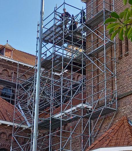 Werk aan Groesbeekse kerk ligt stil tot juni 2022, steigers worden weer afgebroken