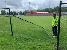 Dieven vernielen hek en stelen trekker met maaier van voetbalclub