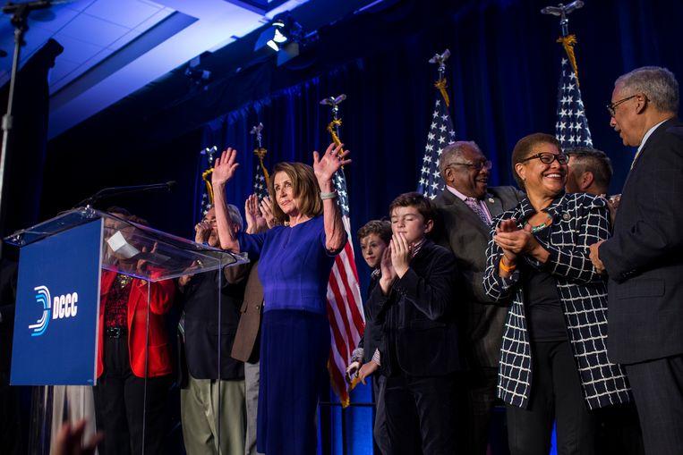 Democraten uit het Huis van Afgevaardigden, onder wie leider Nancy Pelosi, tijdens de verkiezingsavond in de VS. Beeld Getty Images