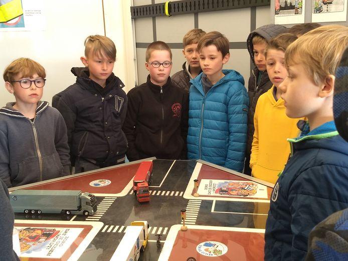 De leerlingen van de Ginsteschool leerden bij over het gevaar van de dode hoek in het verkeer.