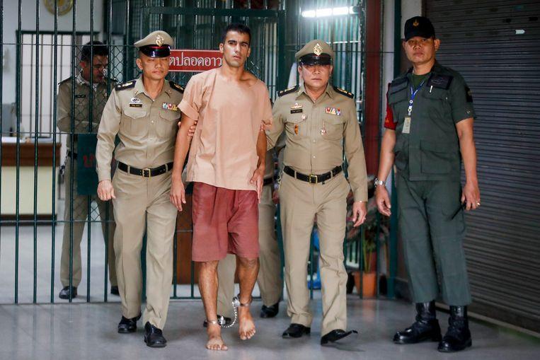 Voetballer Hakeem al-Araibi wordt met boeien om zijn enkels naar de rechtbank geleid. Al-Araibi woont al jaren als vluchteling in Australië, maar zit nu in een Thaise cel omdat Bahrein wil dat hij wordt uitgeleverd.  Beeld EPA