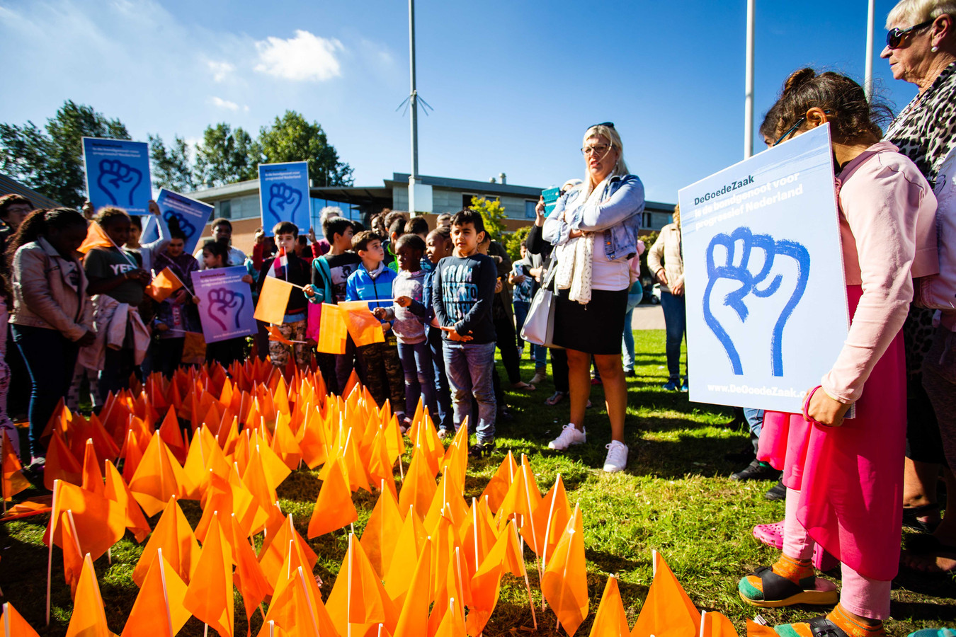 Demonstranten tijdens een demonstratie van DeGoedeZaak en Defence for Children tegen het uitzetten van gewortelde kinderen in Nederland.