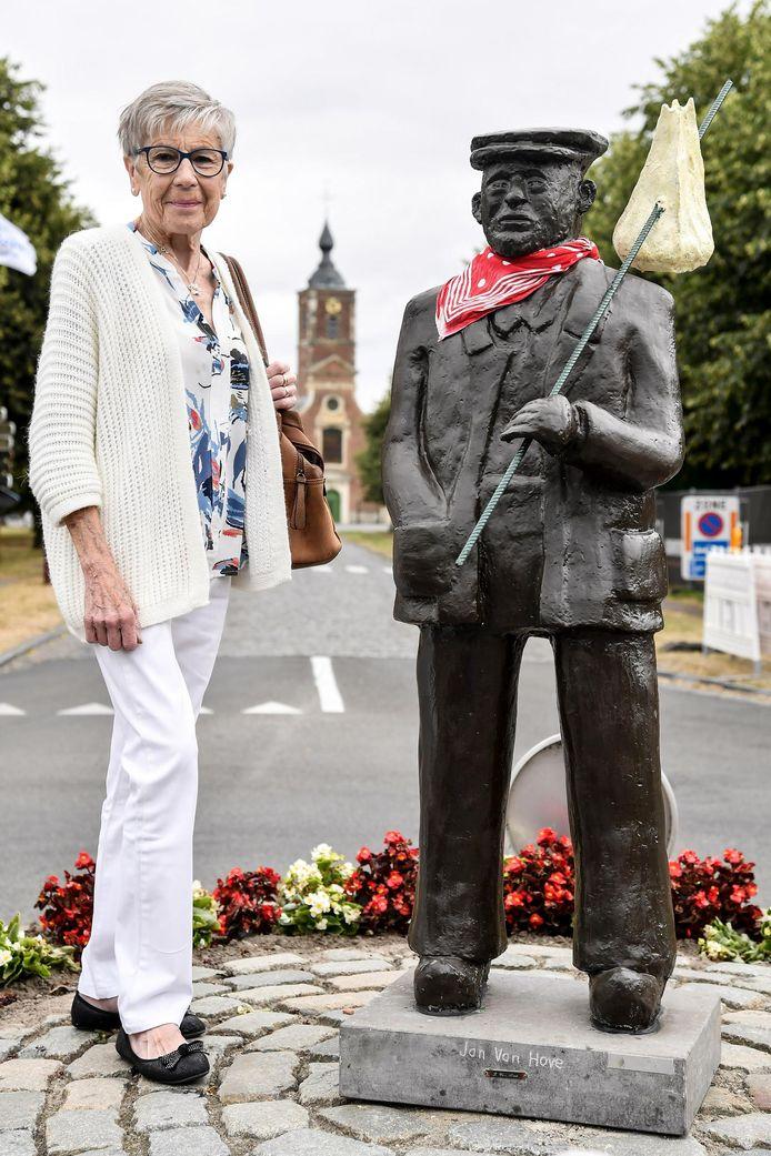 Weduwe Mariette Vergauwen bij het standbeeld 'De Keisdrupper' in Opdorp.