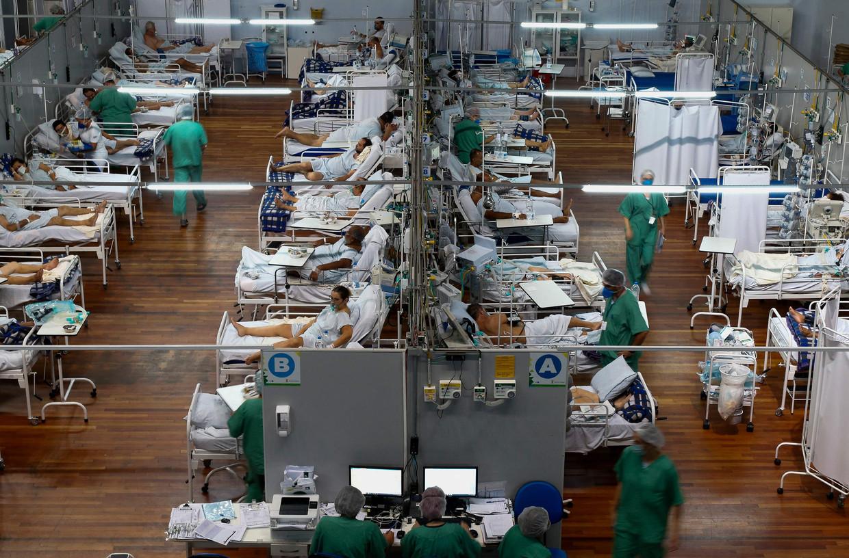 Een sporthal is omgeturnd in een veldhospitaal voor covidpatiënten in Santo André, Brazilië. Beeld AFP