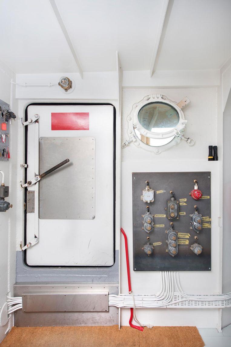'Dit zijn alle lichtknoppen van de boot. Het leek mij fijn om alles centraal te bedienen. Deels zaten ze nog in het schip, maar het stopcontact linksboven is oorspronkelijk uit een oude Nederlandse trein.' Beeld Els Zweerink