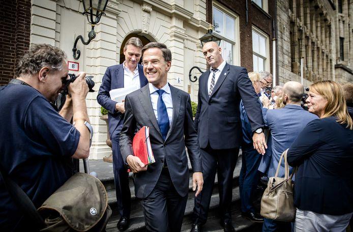 VVD'ers Halbe Zijlstra (achter) en Premier Mark Rutte (midden voor) verlaten het Johan de Witthuis na afloop van de formatiegesprekken met informateur Gerrit Zalm medio augustus.
