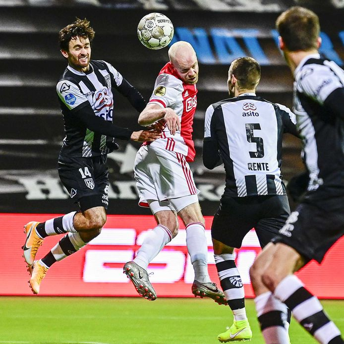 Davy Klaassen vecht een kopduel uit met Luca de la Torre.