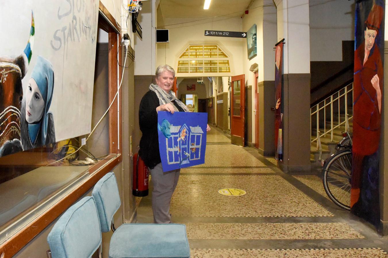 Kunstenares Annemiek Visser met haar kunstwerk van de voormalige Minkema-school.