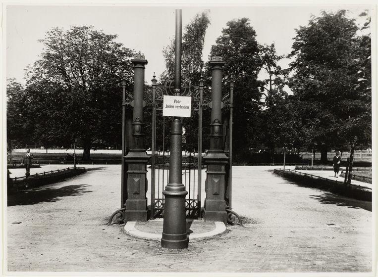 Ingang Vondelpark, gezien vanaf de Van Eeghenstraat, 1943.  Beeld Collectie Stadsarchief Amsterdam