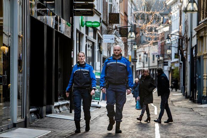 Toezichthouders in de binnenstad van Deventer.