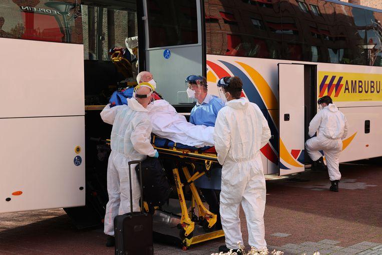 Een speciale ambulancebus brengt zes coronapatiënten van de Randstad naar Limburg. Beeld Arie Kievit