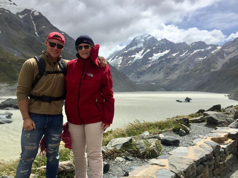 Rinus en ik voor de Aoraki, Maori voor 'de berg die de wolken pakt', in het Mount Cook National Park. Beeld Kathleen Verschuere