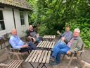 Vrijwilligers van de kasteeltuin. Met links Piet Broos en rechts Jos van Leeuwen