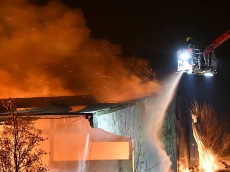 Zeer grote brand verwoest landbouwschuur  Philippine, blussen duurt nog hele dag