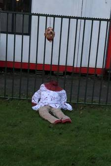 Onthoofde pop achtergelaten bij Emir Sultan Moskee in Amsterdam
