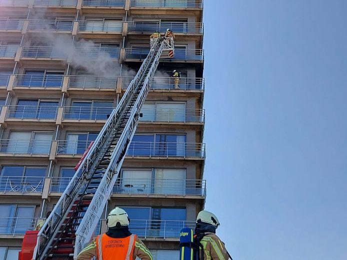 De brandweer bestrijdt een zware uitslaande brand op de Zeedijk van Middelkerke. Er vielen geen gewonden.