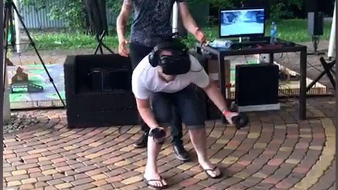 Russische man op het moment dat hij VR speelt.