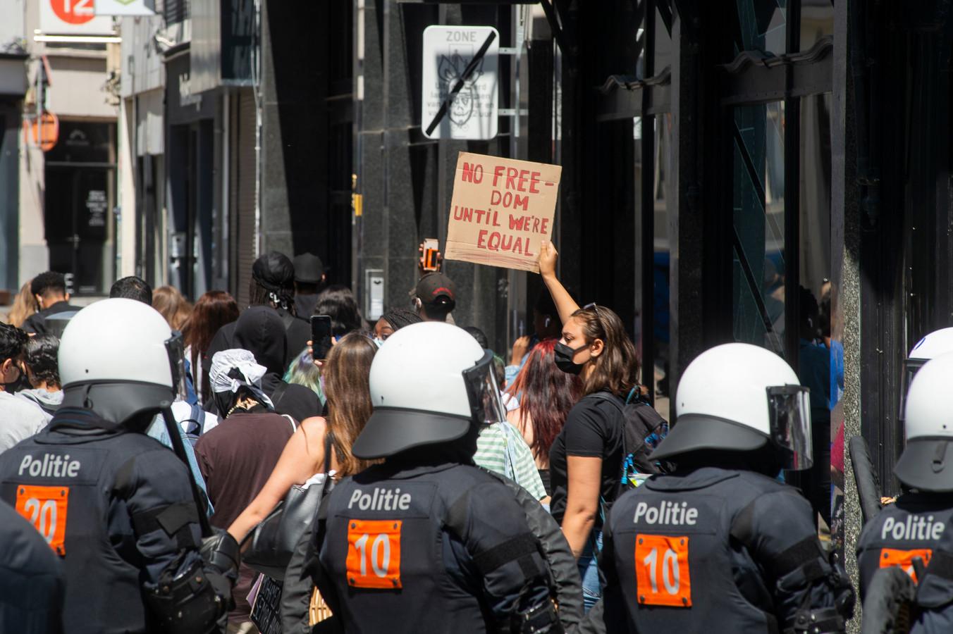 Archiefbeeld. Op de Meir in Antwerpen demonstreren manifestanten tegen politiegeweld. (21/07/2020)