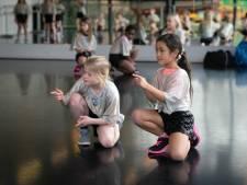Dansers 'Trash' laten het plastic waterflesje voortaan hopelijk staan