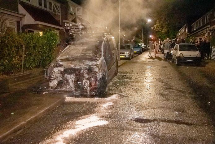 Het uitgebrande voertuig aan de Dr. Bosstraat in Arnhem.