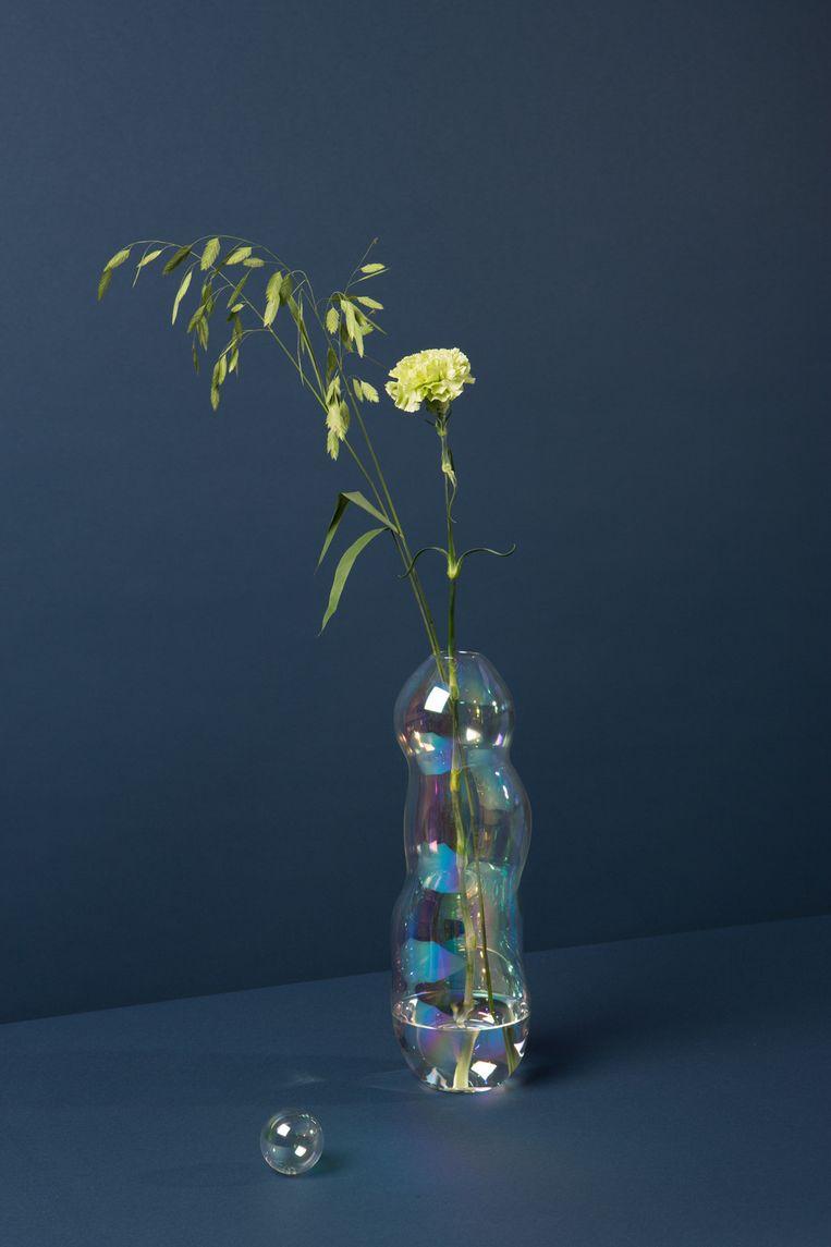 De 'Life's a bubble'-vaas van Lotte van Laatum is gemaakt van iriserend laboratoriumglas dat tegen een stootje kan, € 275. lottevanlaatum.nl Beeld