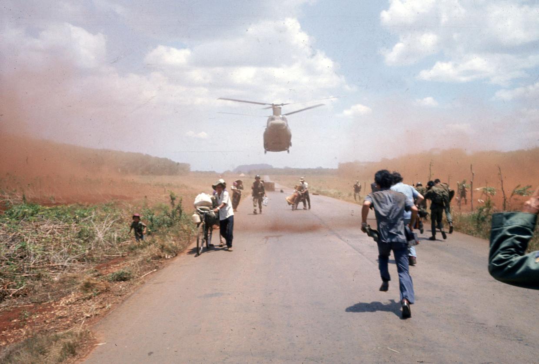 Vietnamezen ontvluchten Saigon met hulp van Amerikaanse troepen, 1975. Beeld Getty Images