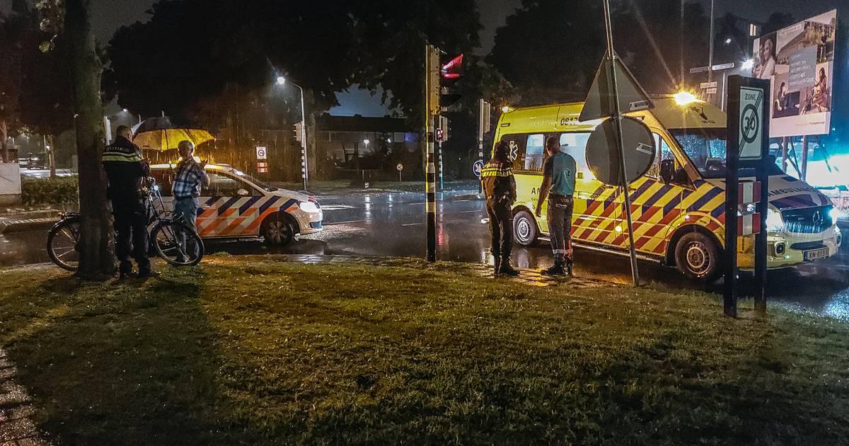 Automobilist vlucht na ongeluk met fietser, omwonenden vangen slachtoffer op.