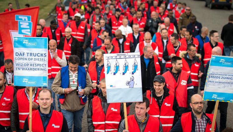 Werknemers van DAF Trucks houden een stakingsmars in Eindhoven. Beeld anp