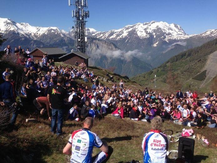 De motivatiebijeenkomst boven op de Alpe d'Huez die woensdag en donderdag beklommen moet worden.