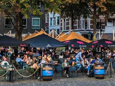 Volle terrassen tijdens persconferentie Rutte: 'Wij hadden het te druk, maar gaan het wel terugkijken'