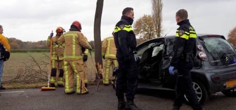 Auto botst tegen boom in Vessem, automobiliste bekneld