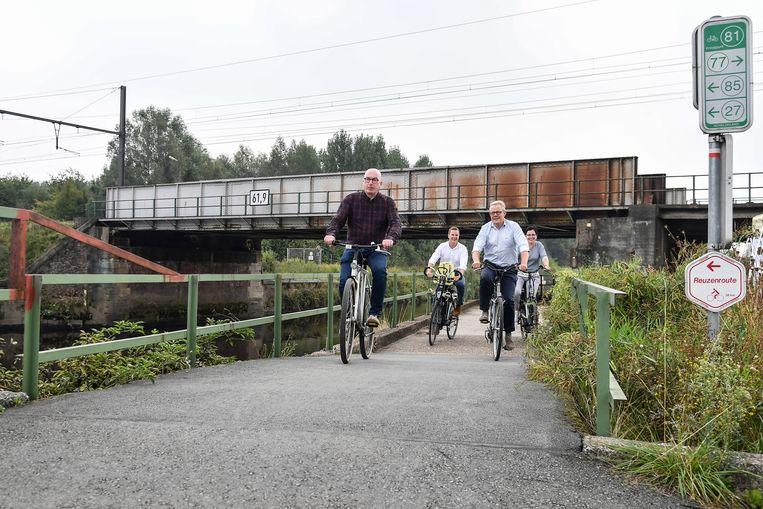 Het jaagpad langs de Dender krijgt via de Oude Heirbaan een makkelijke toegang tot de nieuwe fietsbrug over de Dender.