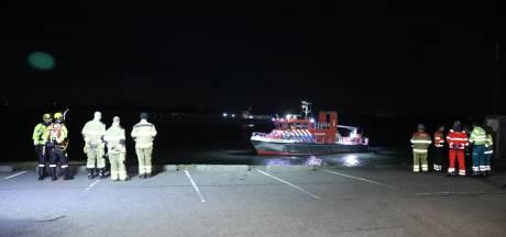 'Auto van kade af in Druten', hulpdiensten zoeken in het water