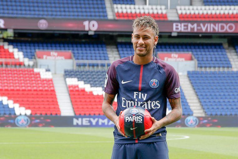 Neymar werd als een god onthaald in Parijs. Beeld Photo News