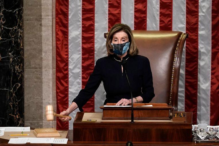 Voorzitter van het Huis van Afgevaardigden, Nancy Pelosi, sluit de stemming over Trumps tweede impeachment. Beeld AP